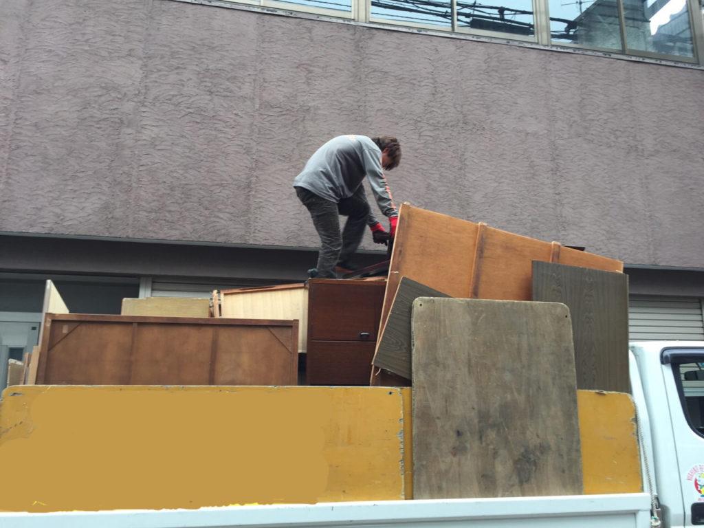 世田谷区の遺品整理のトラックへの積み込み作業