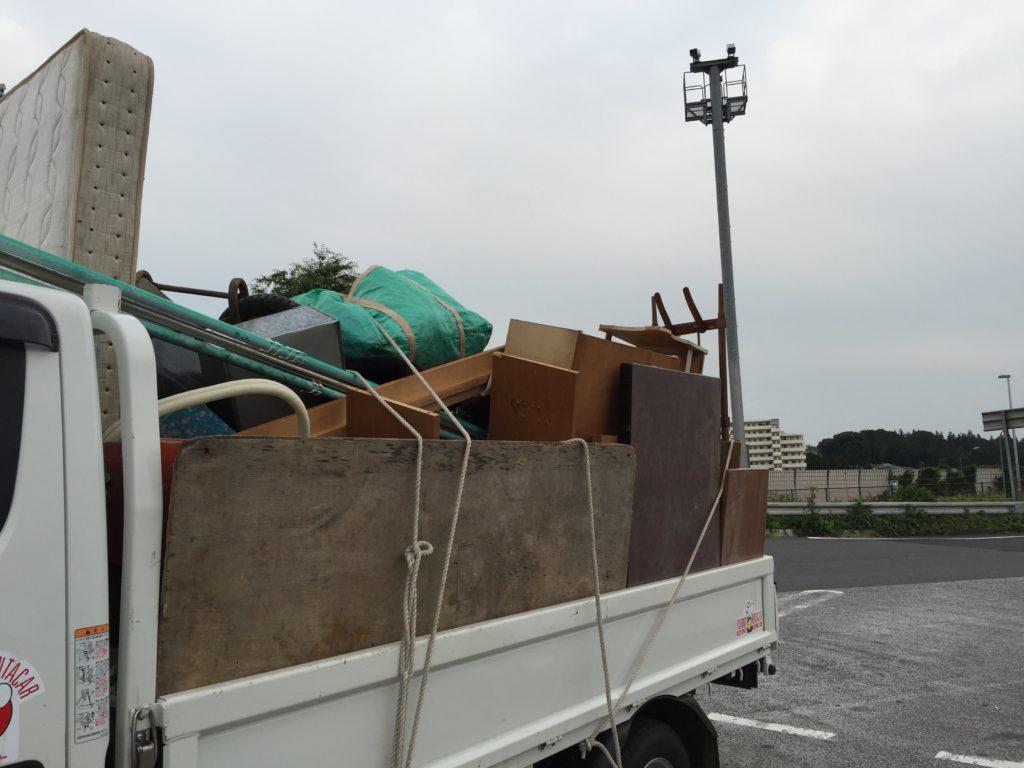 2tトラックに積み込みが終わった状態の写真